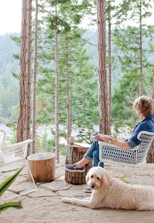 Frische Brise auf der Terrasse mitten in der Natur jeglichen Stress vergessen
