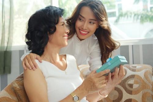 Geburtstagsgeschenke für Mama Tochter übergibt Mutti ein Präsent
