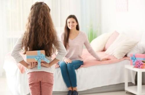 Geburtstagsgeschenke für Mama Tochter schenkt Mutti ein Präsent