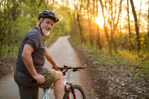 Goldene Regeln für gesundes langes Leben täglich Rad fahren im Park