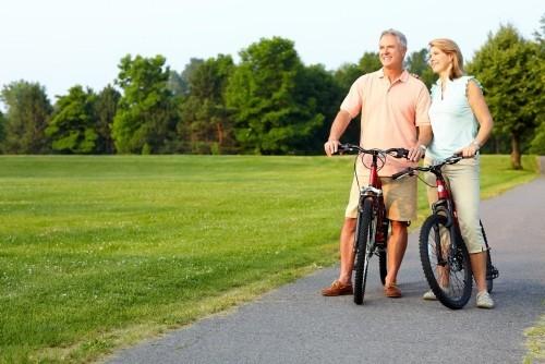 Goldene Regeln für gesundes langes Leben zusammen mit dem Partner Rad fahren die Natur erkundigen