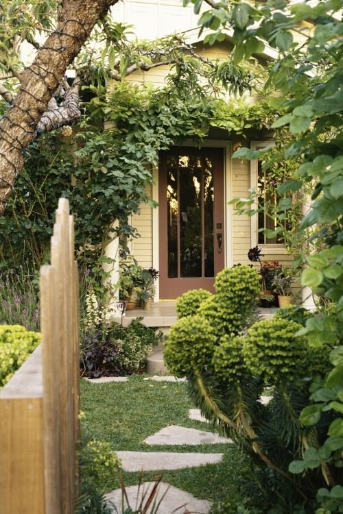Hausfassade begrünen visuelle Tiefe im kleinen Garten erzeugen