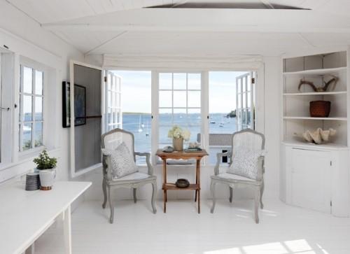 Helles Interieur grau weiß hellblau weiter Blick auf das Meer draußen frische Brise von draußen nach drinnen