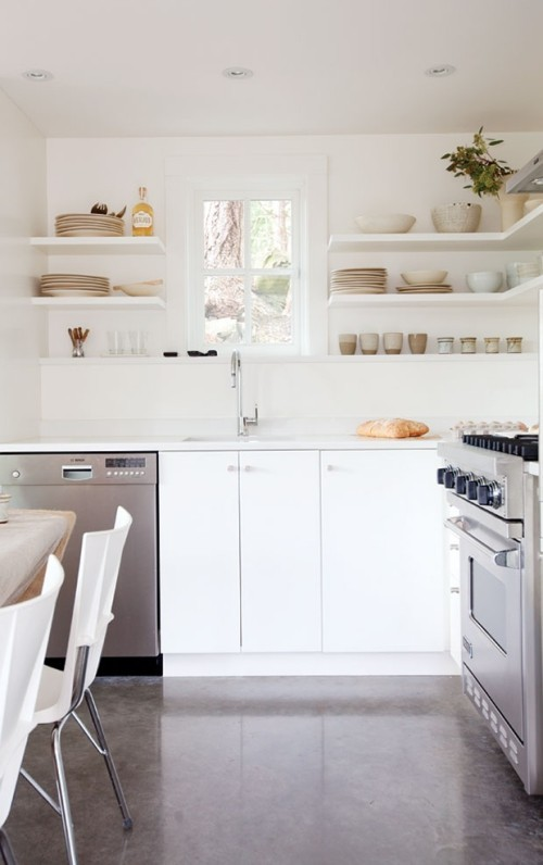 Küche offene Regale weiß Betonboden