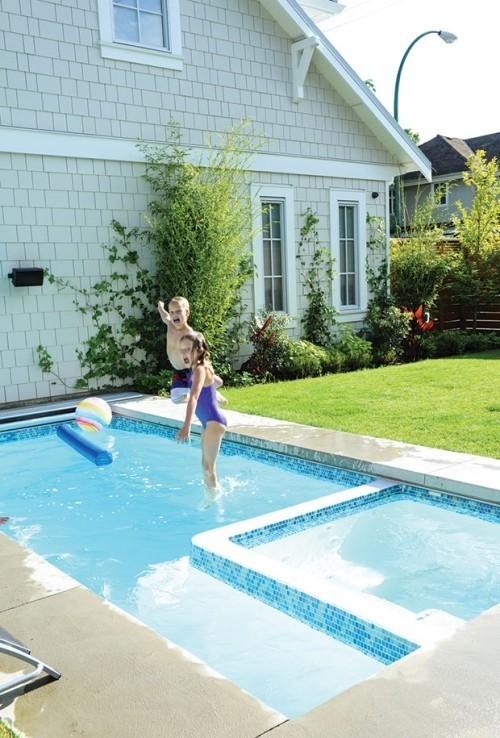 Kinder spielen draußen im Pool