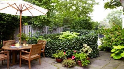 Kleinen Garten gestalten Outdoor Möbel Platz im Grün für Kaffeestunden und Beisammensein im Freien