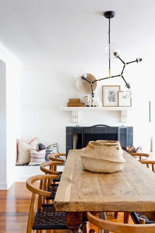 Mediterran wohnen modernes Interieur rustikaler Holztisch und Holzstühle