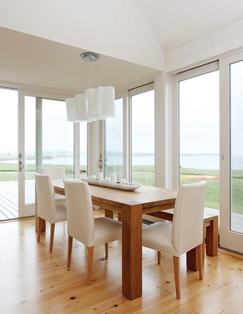 Minimalistisch eingerichtetes Esszimmer frische Brise von draußen Blick auf die Küstenumgebung