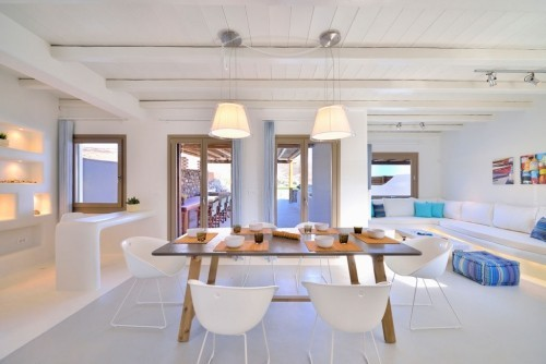 Offenes modernes Wohnzimmer Küche rustikale Elemente betonen Modernität