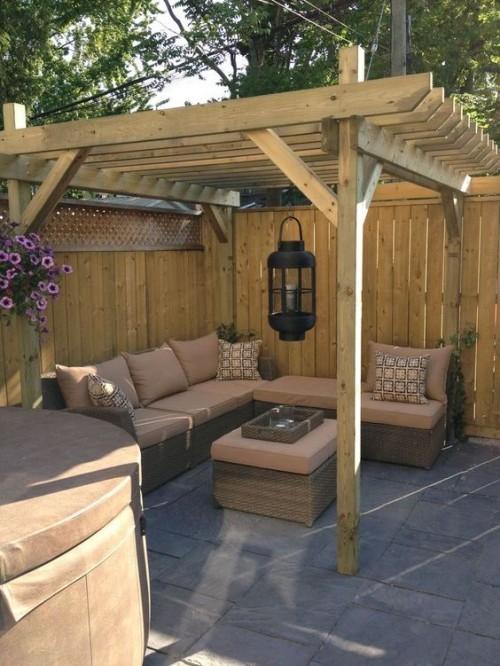 Pergola Sitzecke im Freien bequeme Möbel in beige Holz Fliesen Kletterpflanze
