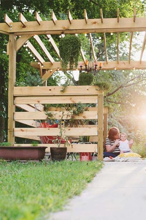 Pergola aus Holz im Garten
