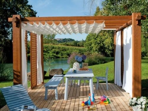 Pergola aus Holz mit Sonnensegel kombiniert weiße Gardinen