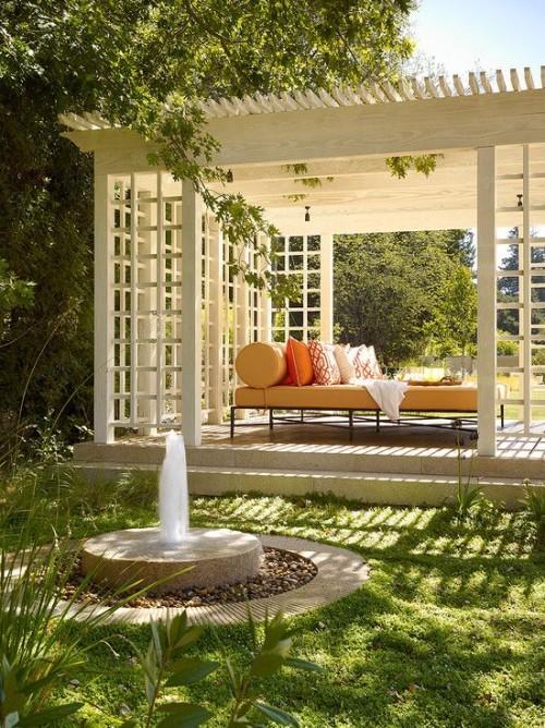 Pergola im Garten Wasserspiel im Vordergrund Ruhe bequeme Lounge einrichten