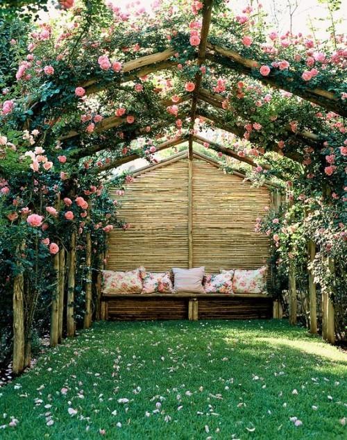 Pergola mit Rosen bewachsen romantisch aussehen
