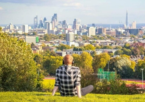 Picknick in Hampstead Heath London City Skyline von Parliament Hill Tourist im Vordergrund