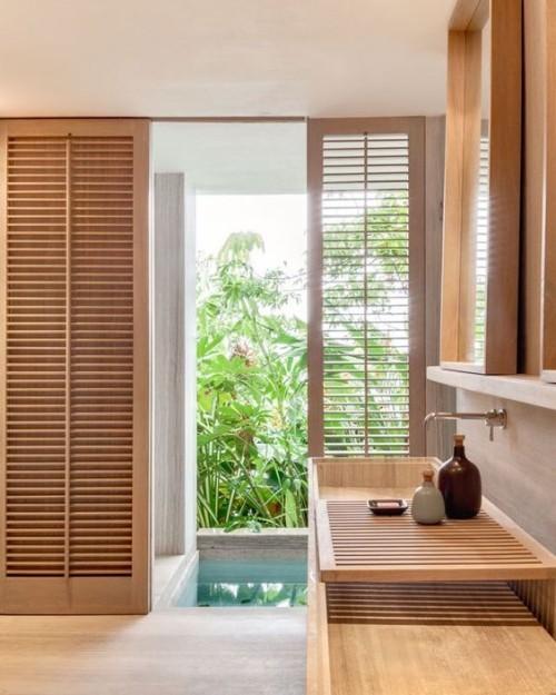 Ruhiges Holz im Bad breiten Einsatz richtige Holzart viel Grün im Hintergrund