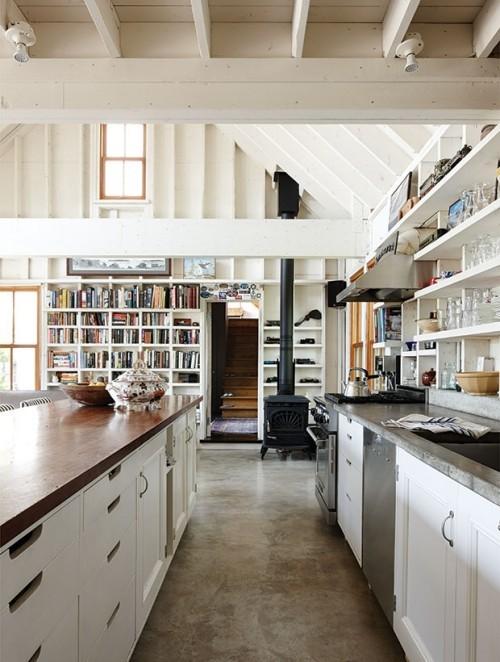 Simpel gestaltete Bücherwand offenes Raumkonzept Küche Wohnzimmer
