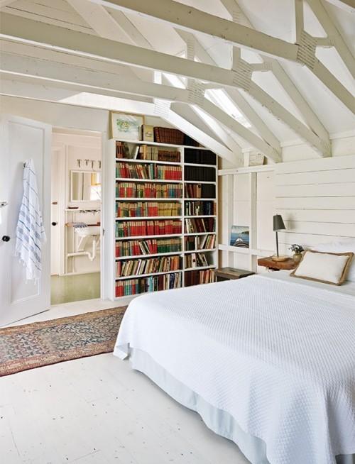 Simpel gestaltete Bücherwand offenes Raumkonzept Schlafzimmer Bad
