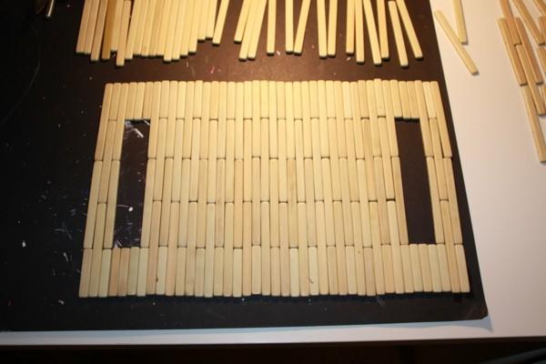Tischdeko Ideen Tischordnung Platzordnung platzset zum ausmalen rot mit quasten bambusstaebchen