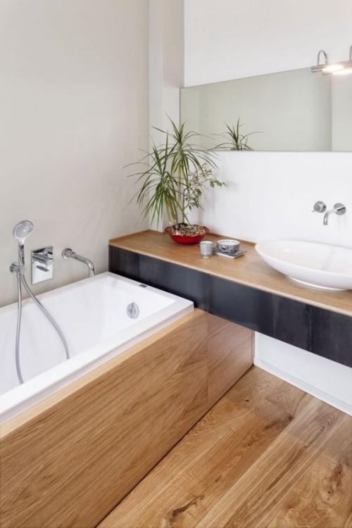 Viel Holz im Bad grüne Pflanze Spiegel schönes Baddesign