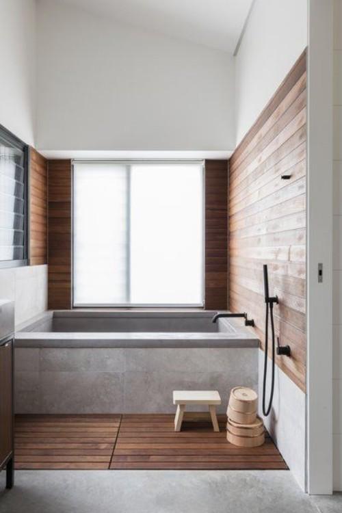 Wandverkleidung Holz im Bad im Einklang mit Holzboden im Kontrast zum Beton
