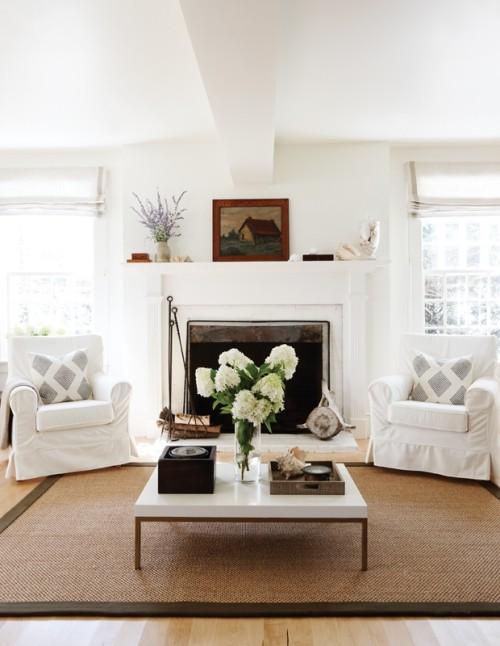 Weiße Hortensien in Vase weiße Raumgestaltung sandgelber Teppich