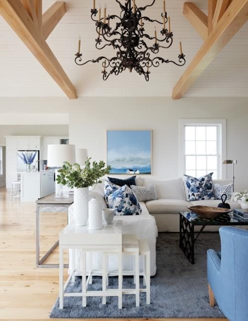 Wohnzimmer blauer Teppich Deko Kissen