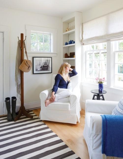 Zimmer in blau-weiß gestaltet gestreifter Teppich Sessel großes Fenster