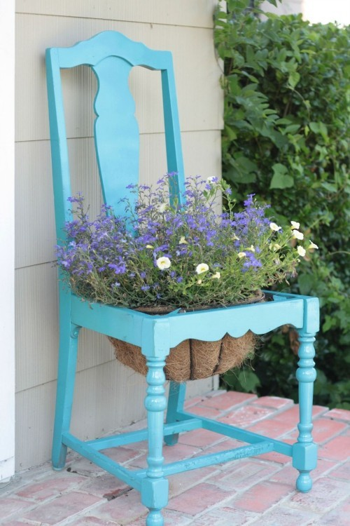 alter Stuhl in blau gestrichen Blumentopf in der Mitte Garten Deko