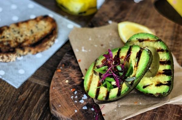 avocado am grill gesunde lebensmittel