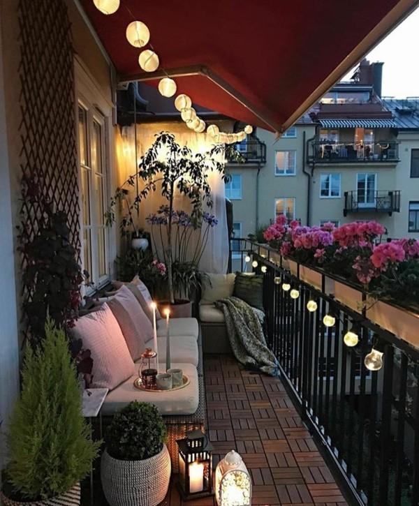 balkongestaltung einrichtungsideen balkon ideen palettenmoebel deko lampen
