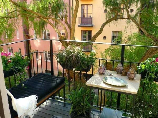 balkongestaltung einrichtungsideen balkon ideen palettenmoebel vertikaler garten kerze