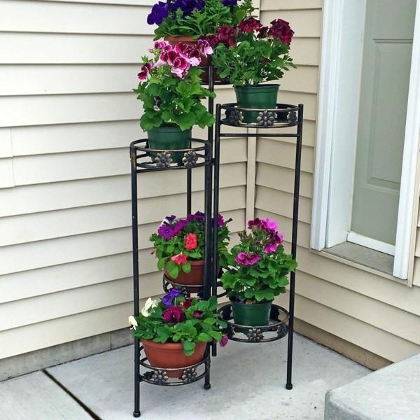 balkongestaltung einrichtungsideen balkon ideen palettenmoebel viele pflanzen
