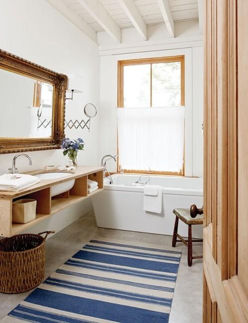 blau –weiß gestreifter Teppich kleines Bad aufpeppen frische Brise mitbringen