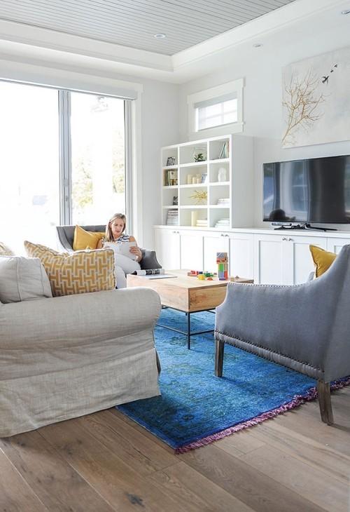 blau-weißes Wohnzimmer frische Brise vom Beer azurblauer Teppich