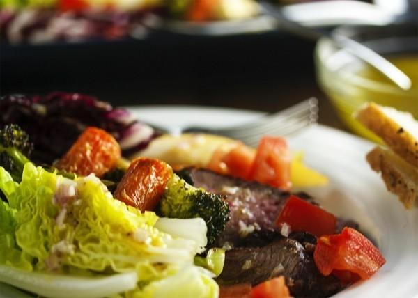 fleisch und salat gesunde lebensmittel