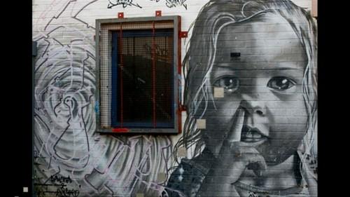 graues baby gesicht street art