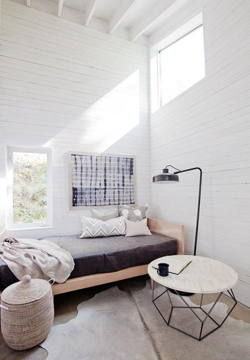 kleine Sitzecke oben Fenster vom Licht überflutet