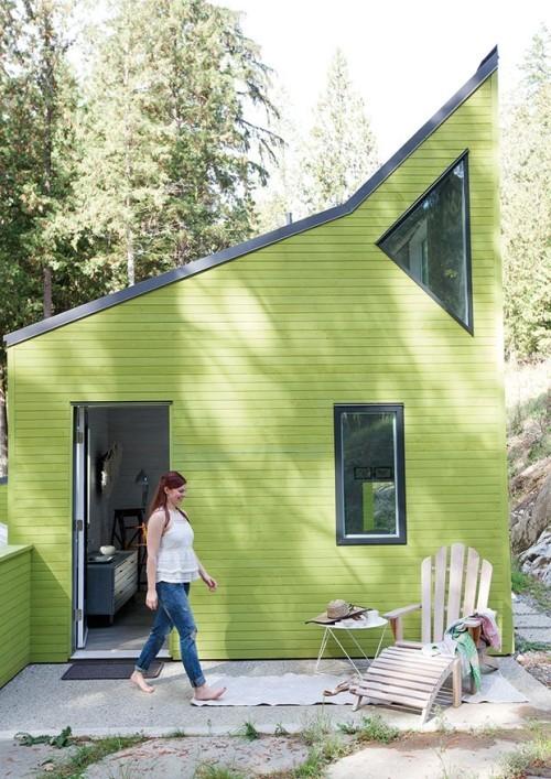 kleines Küstenhaus grasgrüne Fassade frische Brise Akzent