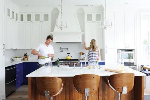 moderne Küche weiß marineblau schönes Design