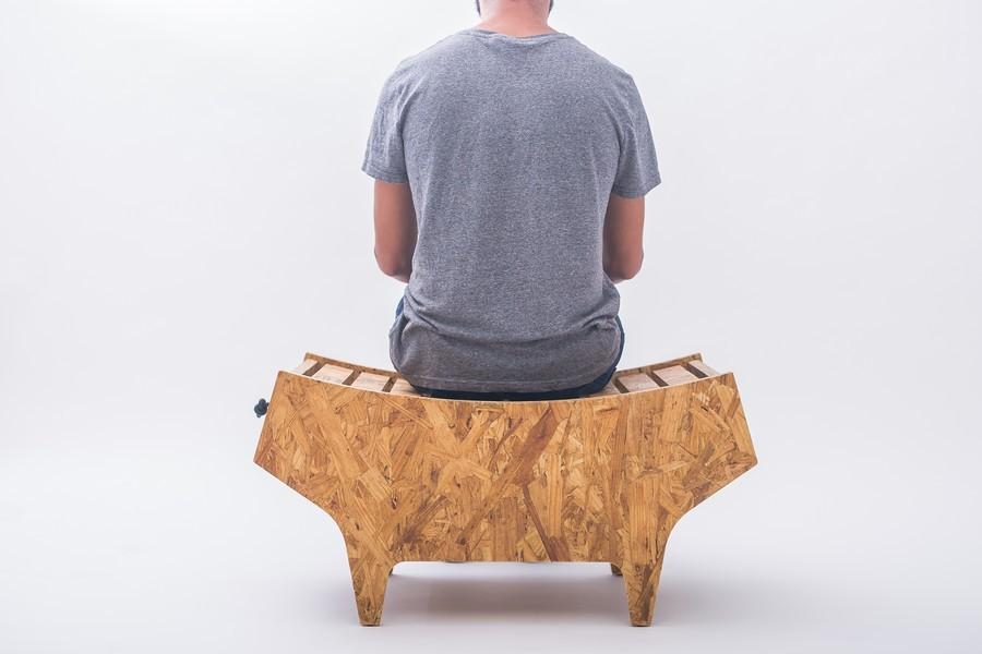 sitzender mann designer möbel
