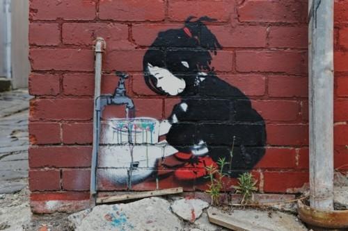 street art mädchen an der leitung