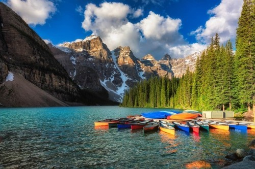 Canoes on Moraine lake, Banff Nationalpark Rocky Mountains Provinz Alberta Kanada