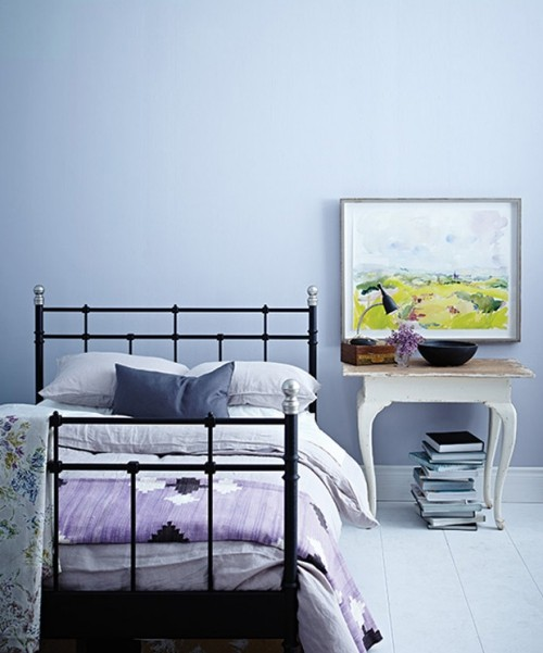 Einfach eingerichtetes Zimmer Blau und Flieder Farbe visuelle Balance