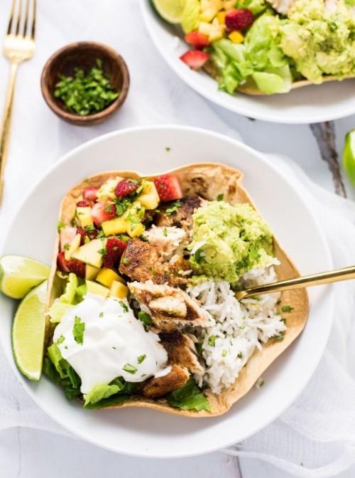 Fisch grillen – auf Tacos in Schüsseln serviert mit Obst-Gemüse-Salat