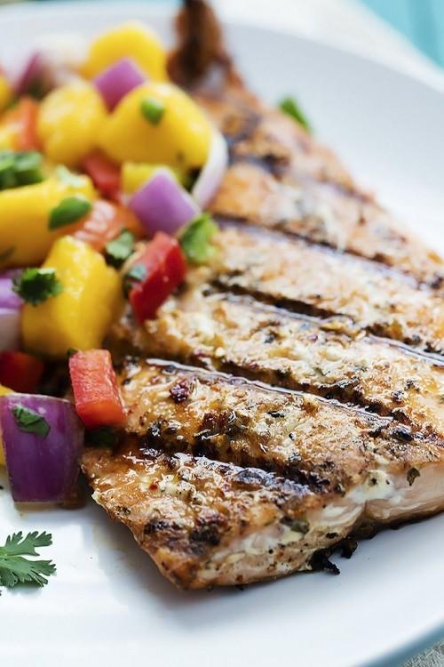 Fisch grillen – gegrillter Lachs mit Mango-Salsa