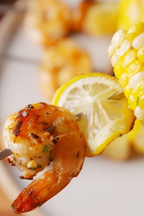 Fisch grillen - Garnelen am Spieß mit Gemüse kombinieren grillen mit Mais