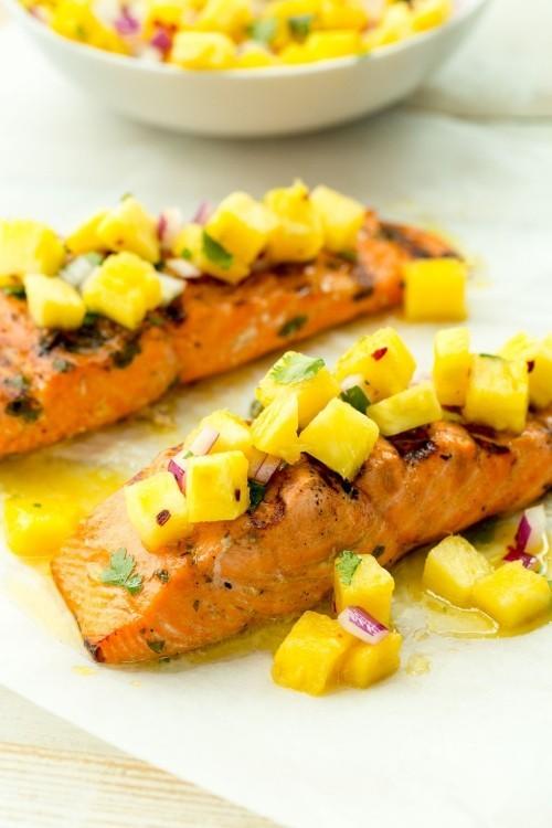 Fisch grillen -Gegrillter Lachs mit Anans-Salsa