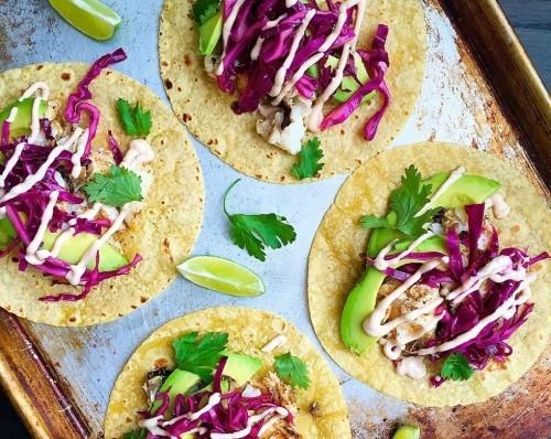 Fisch grillen - Kabeljau grillen auf Tacos servieren mit Avocado und Rotkrautsalat