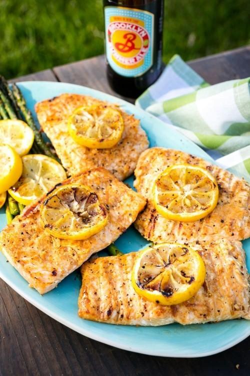 Fisch grillen Lachs gegrillt mit Zitronenscheiben ein leckeres Zitronen-Aroma